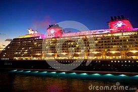 navio-de-cruzeiros-de-disney-na-noite-46697535