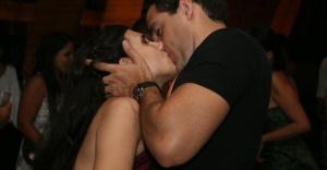 9jan2013---casal-se-beija-durante-o-baile-realizado-no-mam---museu-de-arte-moderna-no-rio-1360393352007_956x500