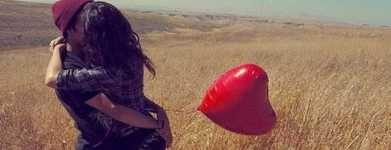 casal-se-beijando-com-balão-de-coração