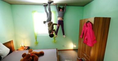7mai2014---jovens-brincam-no-quarto-da-casa-louca-completamente-construida-de-cabeca-para-baixo-no-vilarejo-de-affoldern-perto-do-lago-edersee-na-alemanha-tres-amigos-tiveram-a-ideia-de-construir-1399474