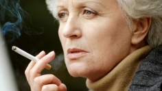 Mulher-fumando-cigarro-size-598