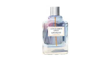 Gentlemen Only de Givenchy é o novo perfume masculino da marca com notas de especiarias como cardamomo, gengibre e zimbro. A fragrância é um amadeirado picante e fresco irresistível. R$ 279 (50 ml) e R$ 379 (100 ml)