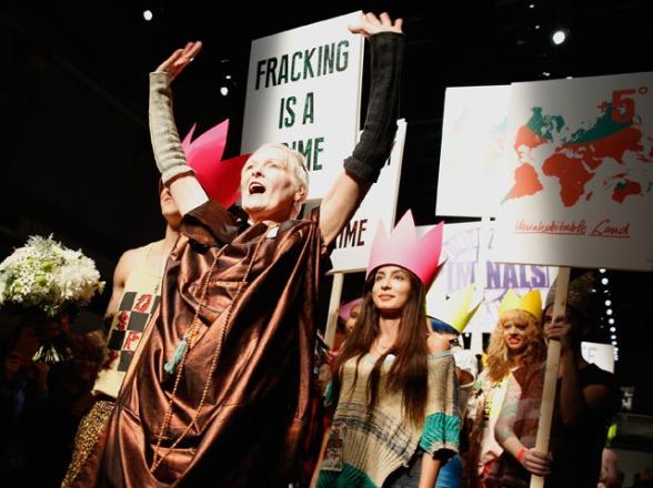 No fim do desfile, Vivienne Westwood entrou na passarela acompanhada dos modelos Créditos: Getty Images