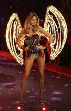 111115-victorias-secret-fashion-show-04-386x600