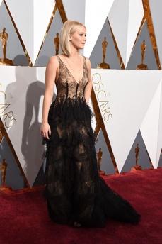 Jennifer Lawrence de Dior Haute Couture, sapatos Manolo Blahnik e joias Chopard