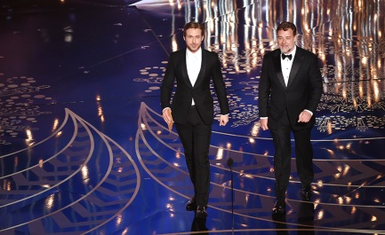 Ryan Gosling de smoking Gucci e gravata borboleta branca, que fez toda a diferença. Russell Crowe vestiu Giorgio Armani e fez bonito