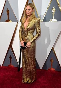 Margot Robbie de Tom Ford dourado, uma das poucas de manga longa