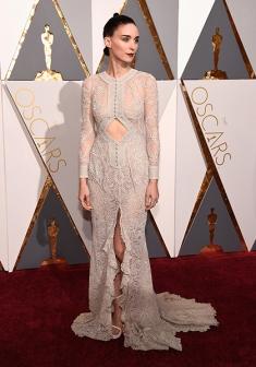 Rooney Mara não fugiu de seu estilo moderna-gótica-suave e brilhou de Givenchy com sandálias Stuart Weitzman