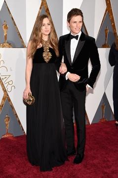 Eddie Redmayne e sua mulher, Hannah Bagshawe, no tapete vermelho, ambos de Alexander McQueen