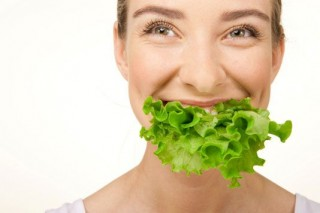 eating-woman-lettuce_claudiamatarazzo-320x213
