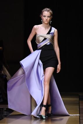 Atelier Versace : Runway - Paris Fashion Week - Haute Couture Fall/Winter 2016-2017