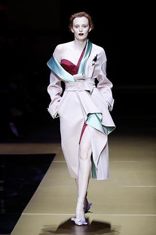 Karen Elson abre o desfile da Atelier Versace