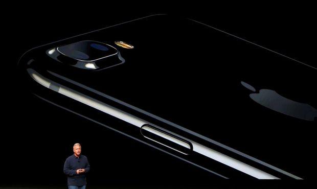 """Phil Schiller, vice-presidente para o Marketing da Apple, com o iPhone """"Jet Black"""" ao fundo"""
