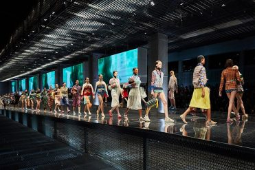 prada-womens-ss17-fashion-show-parade_02-900x600