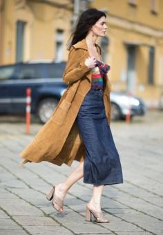 street-style-look-saia-midi-jeans-mule-blusa-colorida-maxi-casaco-marrom