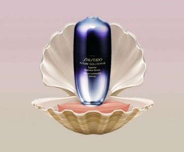 O material também é usado em produtos anti-Idade por ser antioxidante e rico em aminoácidos. Esse da foto é um sérum da Shiseido com extrato de pérolas japonesas - chic! (R$ 1.031 na Sephora)