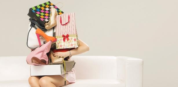 mulher-sentada-com-sacolas-compras-consumismo-consumo-1478024834444_615x300