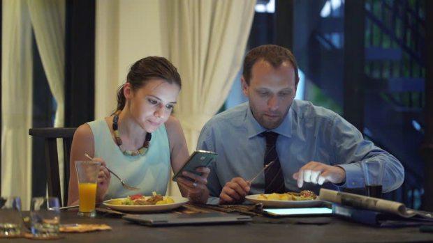 Table-Etiquette-smartphone-claudiamatarazzo-amenimario