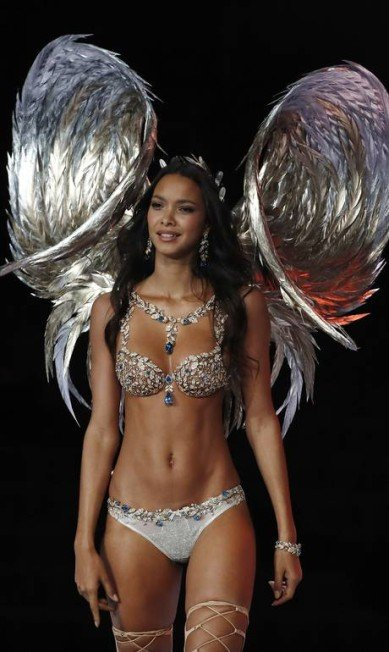 x73080627_Brazilian-model-Lais-Ribeiro-wears-the-2-million-Champagne-Nights-Fantasy-Bra-by-Mouawa.jpg.pagespeed.ic.4EJEuvlNvm